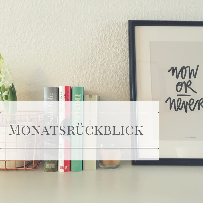 Coverbild Monatsrückblick mit liegenden Büchern