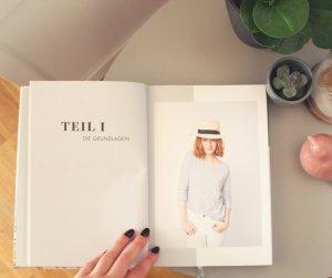Aufgeschlagenes Kapitel 1 Grundlagen aus Das Kleiderschrank Projekt