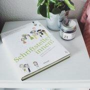 Schriftstellerinnen von Katharina Mahrenholz und Dawn Parisi auf einem Nachttisch neben Pflanze