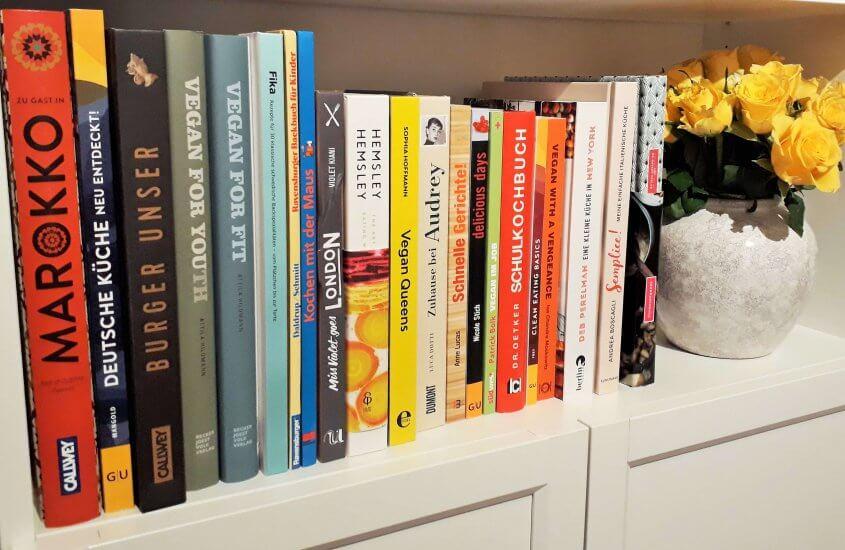 Kochbücher im Regal