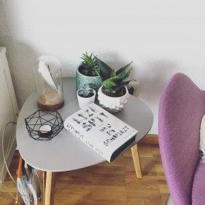 Der Roman Und es Schmilzt von Lize Spit auf einem Couchtisch liegen