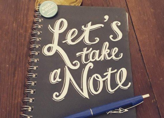 Notizbuch auf Fußboden