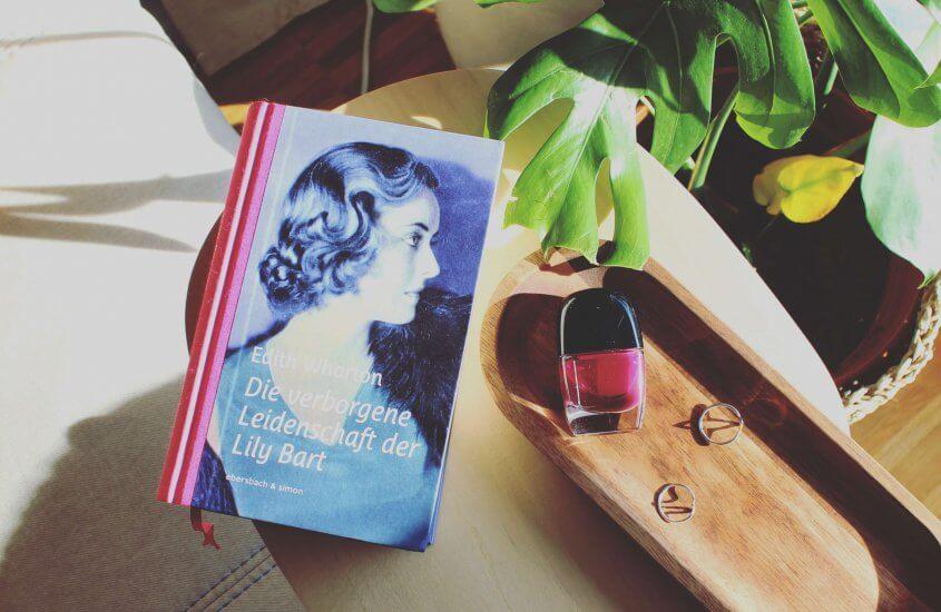 Die verborgene Leidenschaft der Lily Bart neben einer Schmuckschale und Nagellack