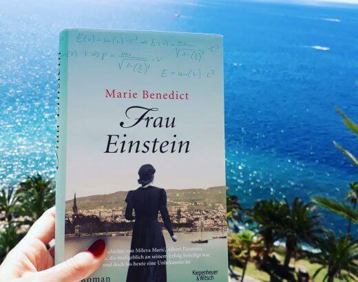 Buch Frau Einstein vor Atlantik