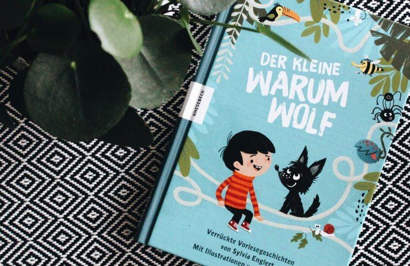 Der kleine Warumwolf, Buch neben Pflanze