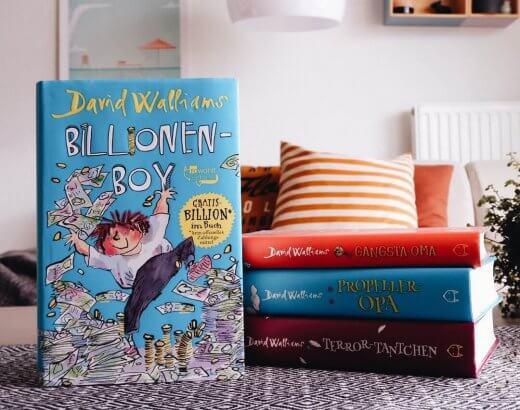 Vier Bücher von Davis Walliams mit BIllionen Boy im Vordergrund