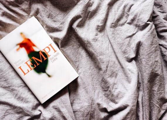 Der Roman Lempi das heißt Liebe auf einer grauen Decke