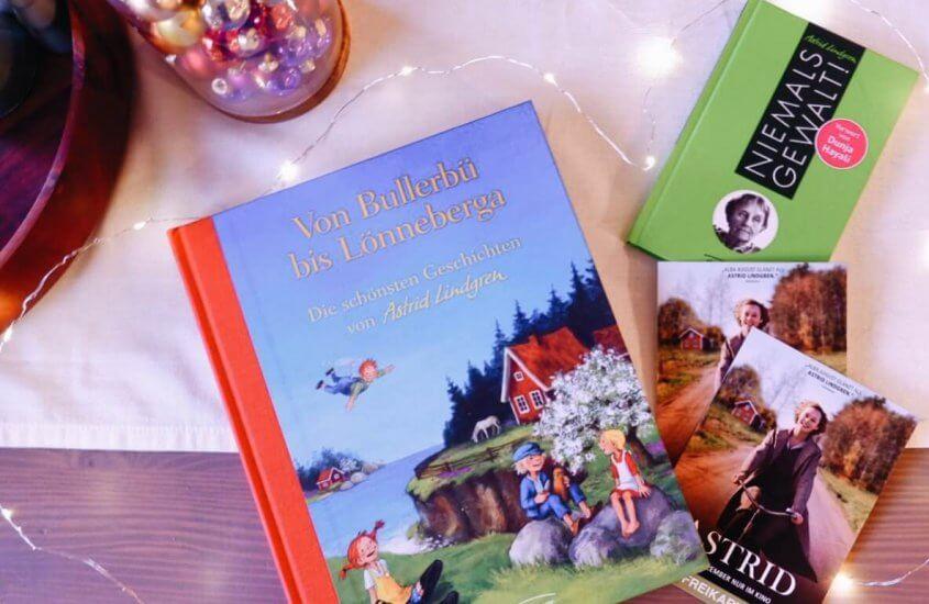Astrid Lindgren Bücher neben Freikarten zum Film und weihnachtlicher Lichterkette