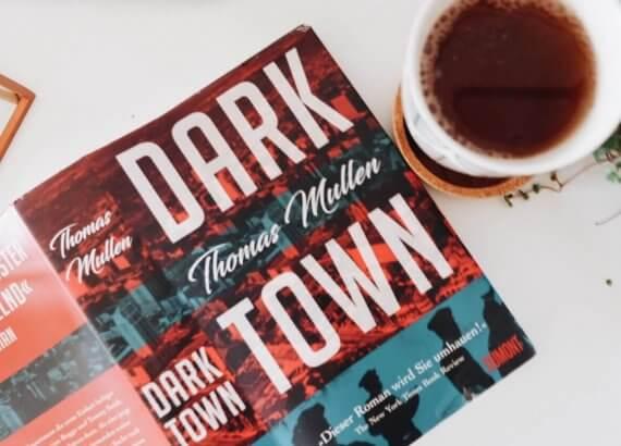 Roman Dark Town mit dunklem Tee in heller Tasse