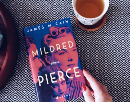 Roman Mildred Pierce neben Teetasse