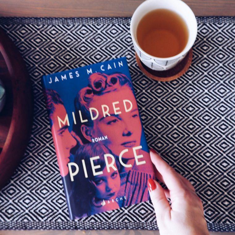 Roman Mildred Pierce neben Teetasse