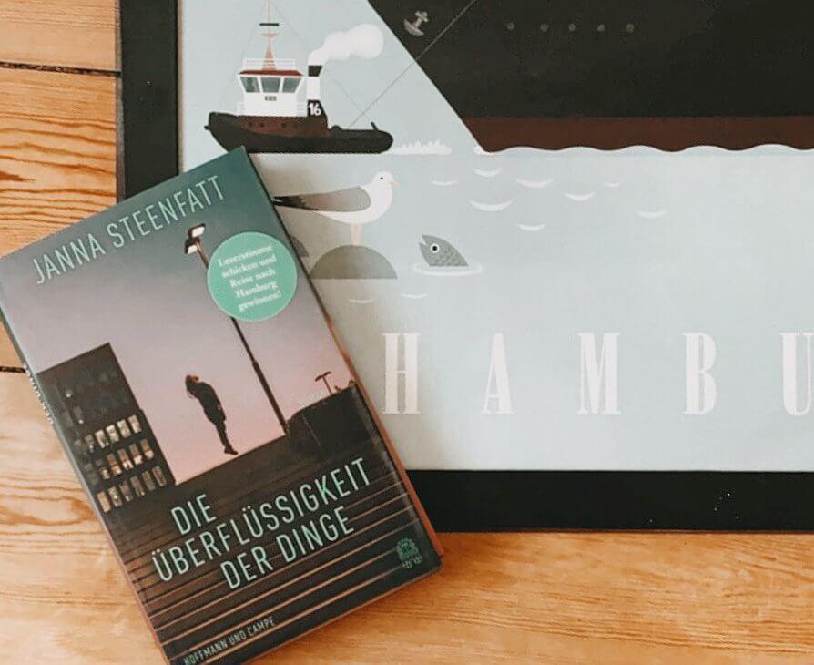 """Der Roman """"Die Überflüssigkeit der Dinge"""" über einem Hamburg Poster"""